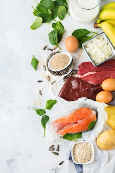 Evenwichtige voeding, gezond eten concept. voedselbronnen rijk aan vitamine b6, pyridoxine op een keukentafel. bovenaanzicht plat lag achtergrond