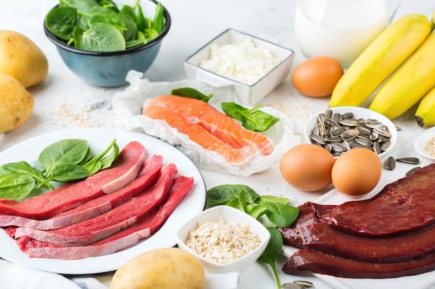 Evenwichtige voeding, gezond eten concept. voedselbronnen rijk aan vitamine b6, pyridoxine op een keukentafel