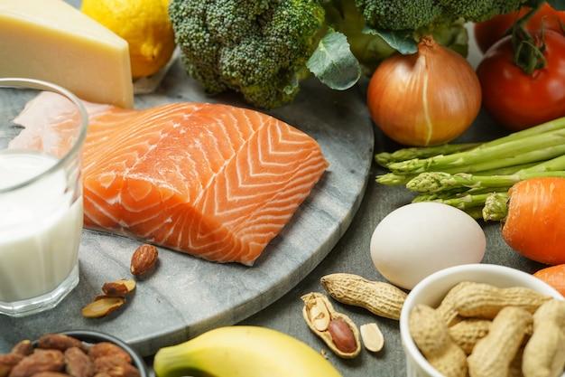 Evenwichtige voeding, gezonde koolhydraatarme producten, schoon voedsel. ketogeen dieet concept.