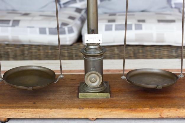 Evenwichtige weegschaal met lege platen weeg instrument wet rechtvaardigheid concept