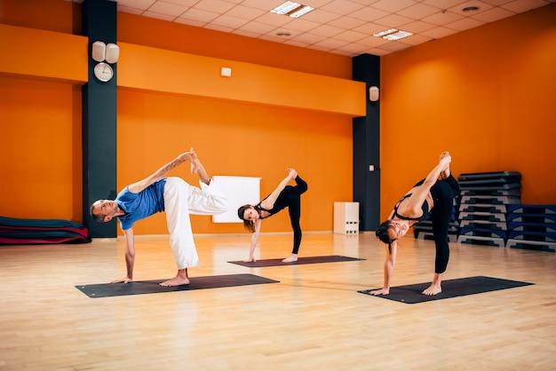 Evenwichtsoefening, vrouwelijke yogagroep in actie