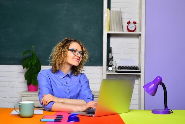 Examen in universiteitsleraar die zich voorbereidt op universitaire examens lerarendag jonge leraar leren en