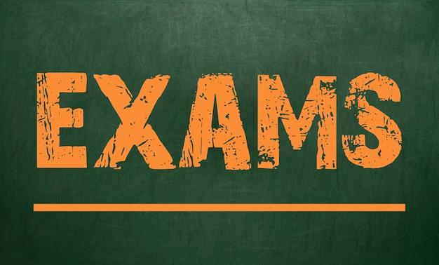 Examens / zijn geschreven op een schoolbord. schoolbord.