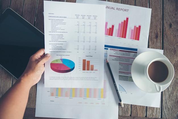 Excel-grafiek met spreadsheetdocument dat concept van de informatie het financiële start toont.