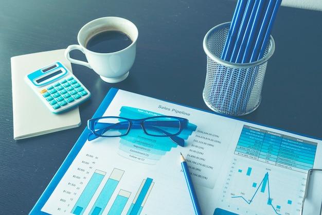 Excel-grafiek met spreadsheetdocument met informatie financieel startconcept.