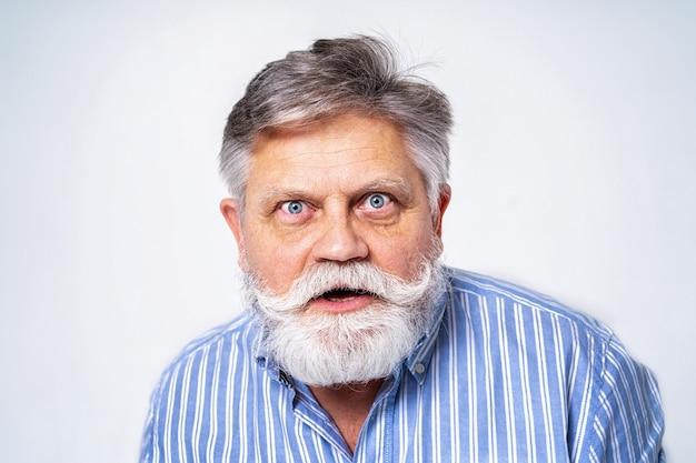 Excentrieke senior man met grappig expressie portret op oppervlak