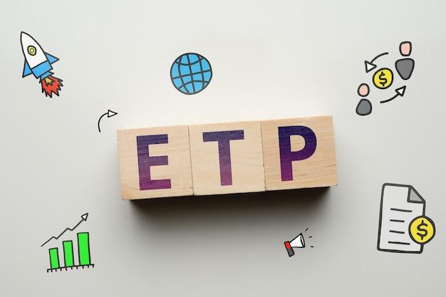 Exchange traded products etp elektronische marktplaats op houten kubussen met abstracte pictogrammen.