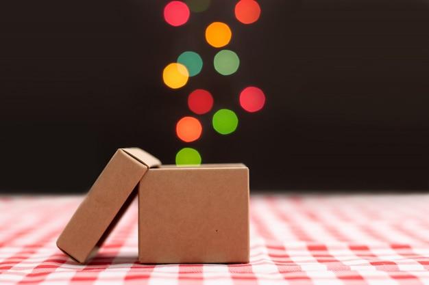 Exclusieve geschenkdoos op rood scotch patroon met lichte bokeh