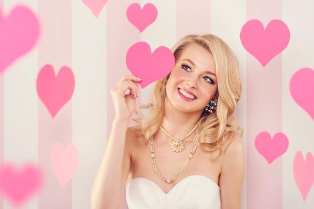 Exclusieve vrouw met roze hartjes