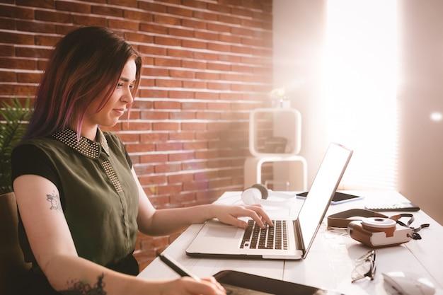 Executive bezig met stylus tijdens het gebruik van laptop