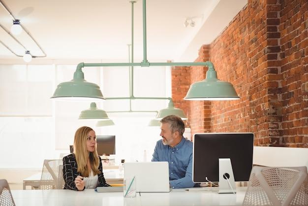 Executive interactie met elkaar aan het bureau