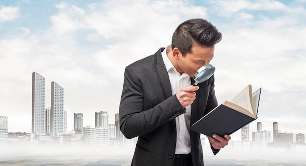 Executive onderzoeken met een vergrootglas