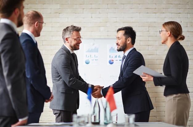 Executive zakenman partnerschap conferentie manager