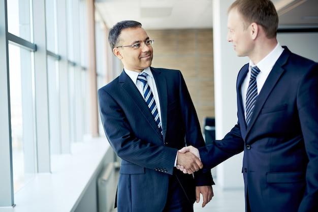Executives elkaar begroeten