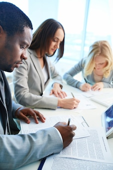 Executives het analyseren van de voortgang van het bedrijf