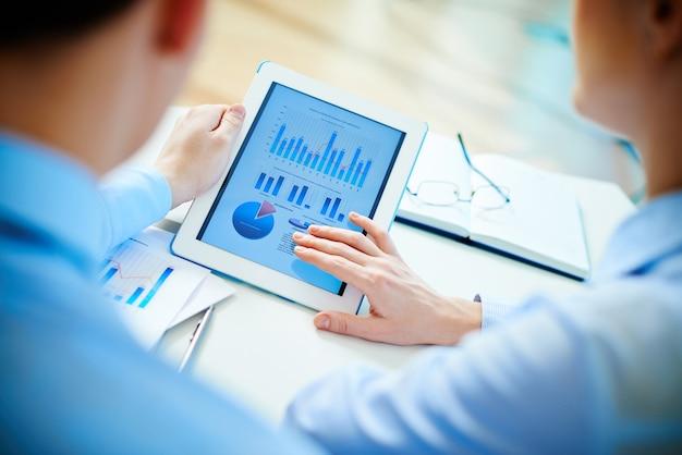Executives het controleren van schema's met de touchpad