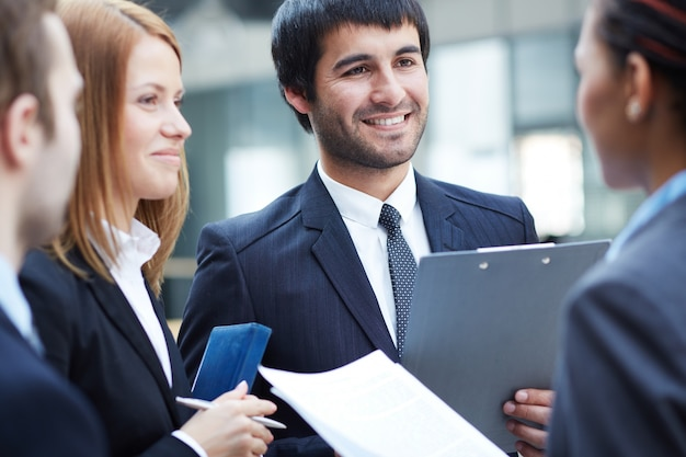 Executives het delen van ideeën voor de vergadering