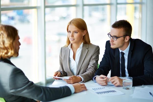 Executives in gesprek met een kandidaat