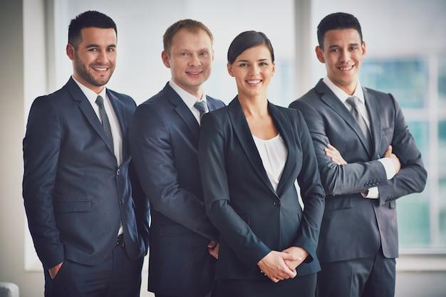 Executives met een grote glimlach