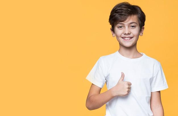 Exemplaar-ruimte jonge jongen die ok teken toont