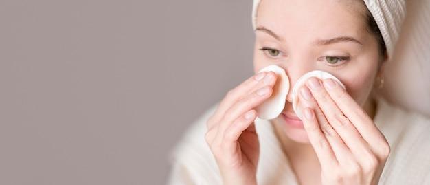 Exemplaar-ruimte vrouw gezicht reinigen