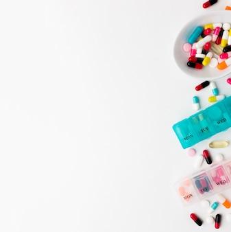 Exemplaar-ruimtetabletten met pillen op bureau