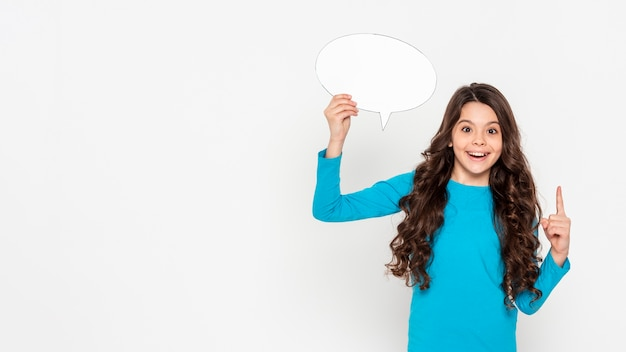Exemplaarruimte meisje die met praatjebel richten