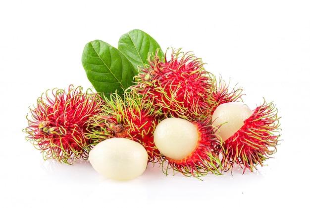 Exotisch fruit dat op witte achtergrond wordt geïsoleerd