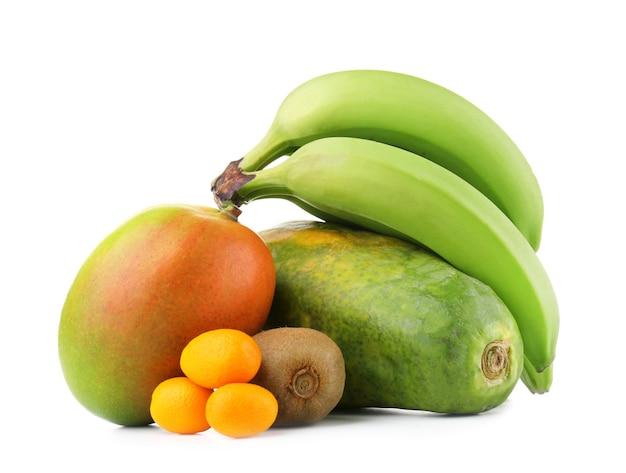 Exotisch fruit: mango, bananen, papaja, kiwi en kumquats geïsoleerd op wit