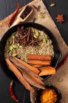 Exotisch kruidenvoerconcept mix van de biologische kruiden in gegoten hennep