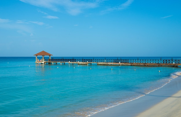 Exotisch paradijs. het concept van reizen, toerisme en vakanties. een tropisch resort in het caribisch gebied.