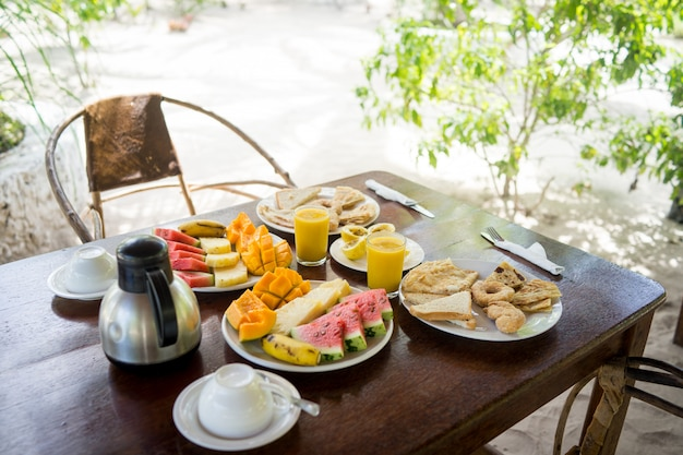 Exotisch tropisch ontbijt in afrikaanse toevlucht