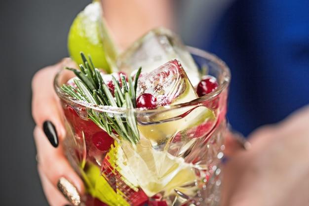 Exotische cocktail en vrouwelijke handen