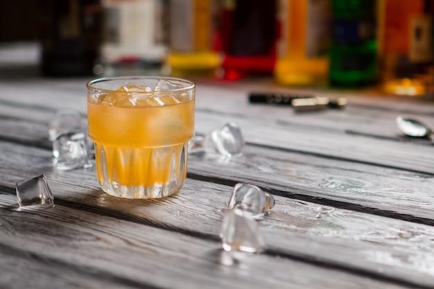 Exotische cocktail geserveerd aan de bar. cobascocktail met citrusvruchten.