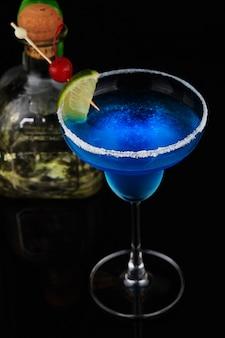 Exotische cocktail met limoen en kersen