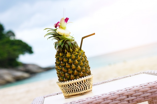 Exotische cocktail, pina colada in een ananas