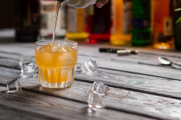Exotische drank aan de bar. originele cocktail genaamd cobas.