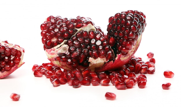 Exotische en heerlijke granaatappel op witte achtergrond