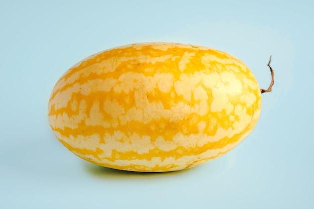 Exotische gele watermeloen op een blauwe achtergrond