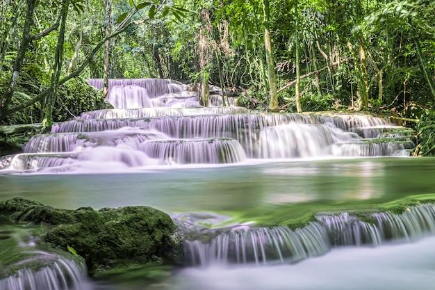 Exotische mooie tropische diepe regenwoudwaterval verse turquoise watervallen in diep bos