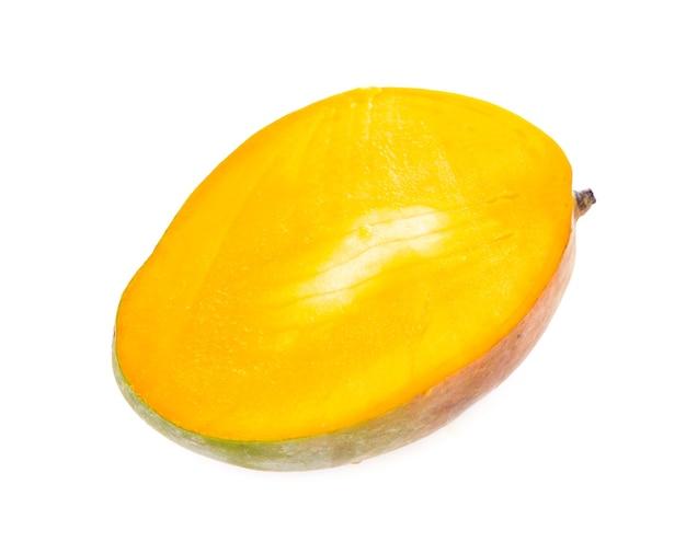 Exotische sappige mangovruchten die op witte oppervlakte worden geïsoleerd