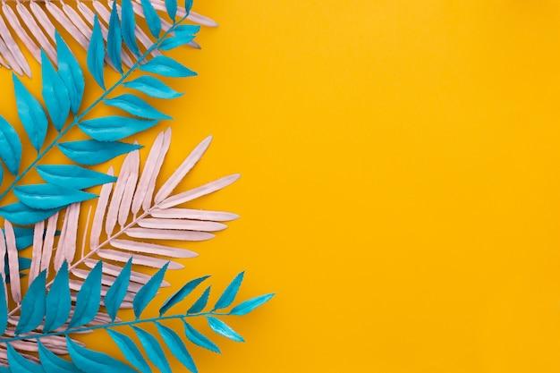 Exotische tropische bladeren op geel
