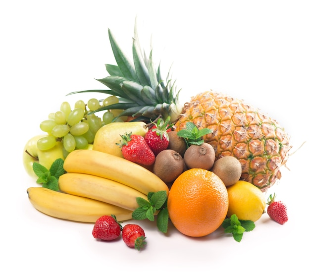 Exotische tropische vruchten geïsoleerd op een witte achtergrond