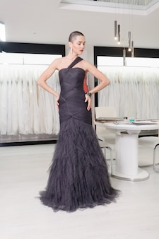 Exotische vrouw met kort haar, portret van de schoonheidsstijl. mode meisje poseren in de kledingwinkel