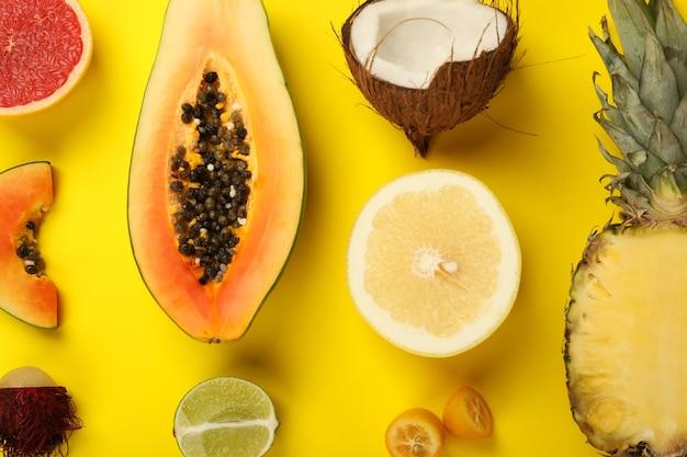 Exotische vruchten ingesteld op gele achtergrond, bovenaanzicht.