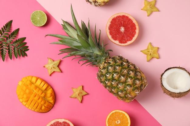 Exotische vruchten op tweetonige achtergrond, bovenaanzicht