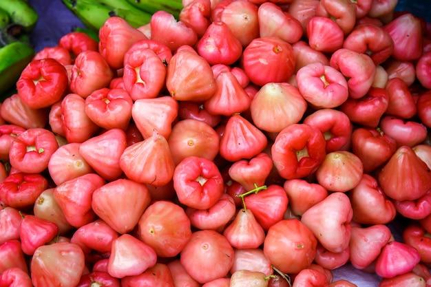 Exotische vruchten van roze appels op de vitrine