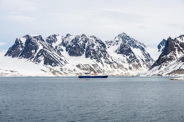 Expeditie schip in de arctische zee, svalbard. passagiers cruiseschip. arctische en antarctische cruise.