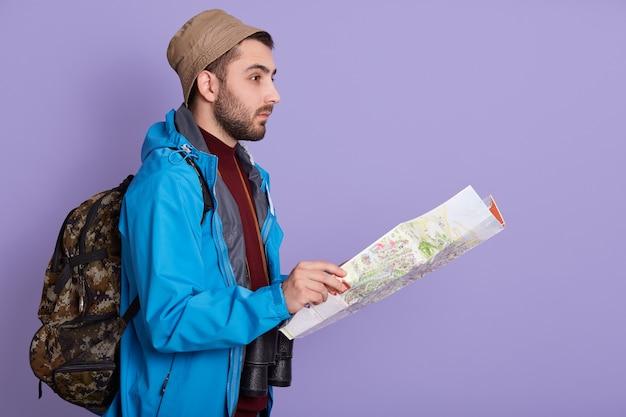 Expeditor backpacker kaart kijk oriëntatieloop richting