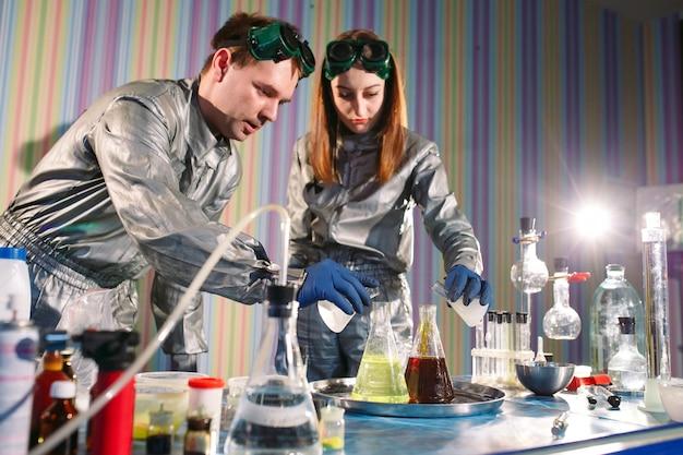 Experimenten in een chemielab. een experiment uitvoeren in het laboratorium.